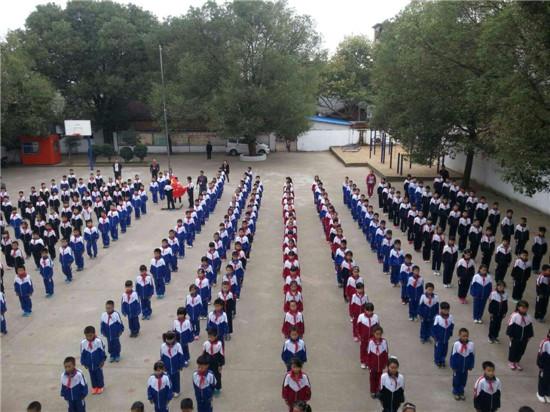 莲塘镇中心小学举行升旗仪式暨小学生广播体操比赛图片