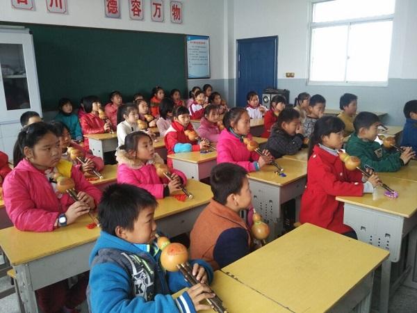 为了进一步扩展留守儿童的知识面,提高留守儿童素质,满足部分器乐爱好者的兴趣,河东小学青少年关爱之家开展了丰富多彩的第二课堂,促进留守儿童的全面发展。12月13日中午,河东小学留守儿童在辅导老师胡晓根带领下,组织留守儿童在青少年关爱之家活动中心进行了器乐辅导。让孩子们了解民族器乐特点,本次活动着重讲解了葫芦丝常识,让孩子们懂得其方面的基本技法。葫芦丝是我国特有的优秀少数民族乐器之一,它音色柔美、细腻。在教学实践中,学生学习兴趣非常浓厚,有效培养了学生的音乐素养。 本次活动的开展,不仅丰富了留守儿童的课余生活
