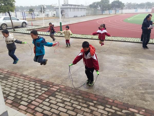 塔城乡河东小学举行全体师生跳绳活动