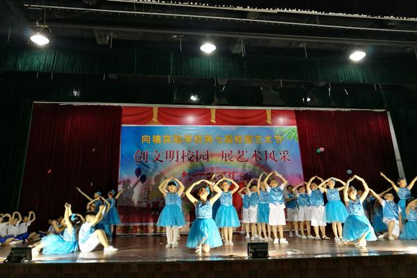 过了一个难忘而有意义的儿童节.活动中学生们用舞蹈、吟诵、课本剧