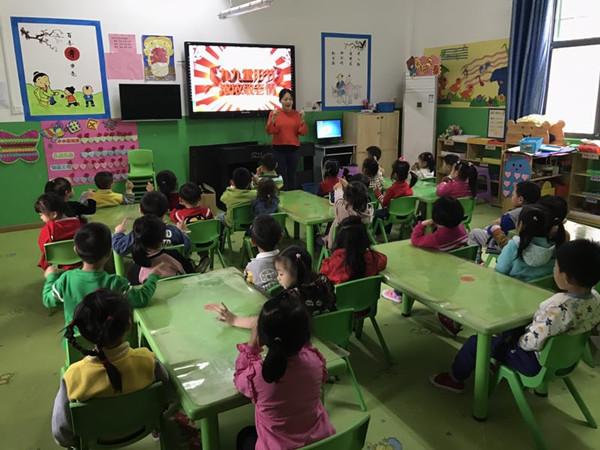 2017年10月26日,南昌县第四幼儿园开展了重阳节主题教育活动。 活动中,各班教师通过观看视频、PPT等多种形式让孩子们了解重阳节的由来和习俗,知道在重阳节人们会登高、赏菊、吃重阳糕,同时也让孩子们了解到重阳节又名老人节。随后,教师们根据班上幼儿的年龄特点,开展了绘画、手工制作等活动,表达对爷爷奶奶的敬爱。 此次活动的开展,让孩子们懂得了尊老敬老是中华民族的传统美德,要感恩、关爱自己身边的每一位老人。