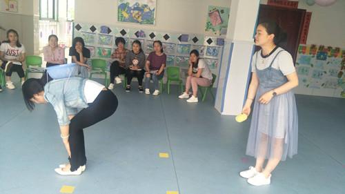 """""""一物多玩""""——东新中心幼儿园体育器械教研活动"""