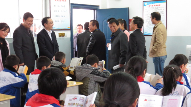 省教育厅厅长叶仁荪莅临塔城乡河东小学进行专项督查